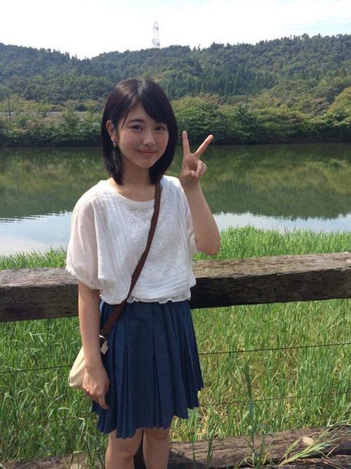 【速報】浜辺美波さん、カバンのたすき掛けでおっぱいを強調してしまうwww
