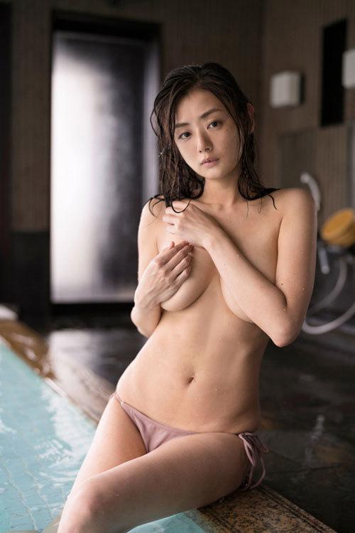 女優 片山萌美が新作の写真集で30歳になった今も愛されるエチエチボディを見せるぞ!