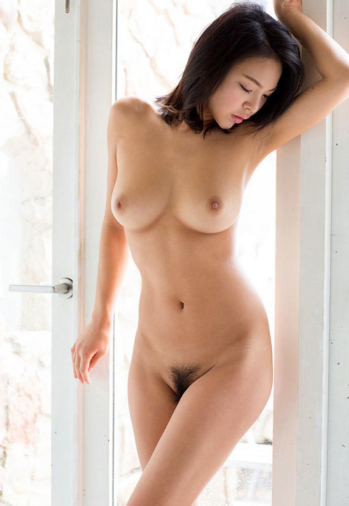 全裸でおっぱいとマン毛も丸出しのおねえさん21