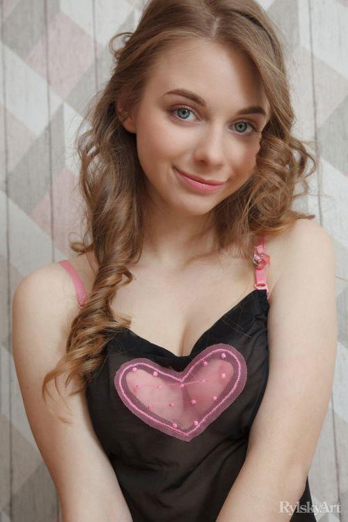 めっちゃ可愛い!白いお肌もスベスベでお人形さんみたいwベラルーシのちょい□リ美少女さんの透け透けおっぱいヌードグラビアww # 外人エロ画像