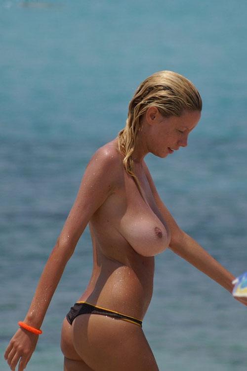 ご本人も手に余る推定Gカップの垂れ巨乳でヌーディストビーチ中の注目を集めるおっぱい美女を大盗撮www