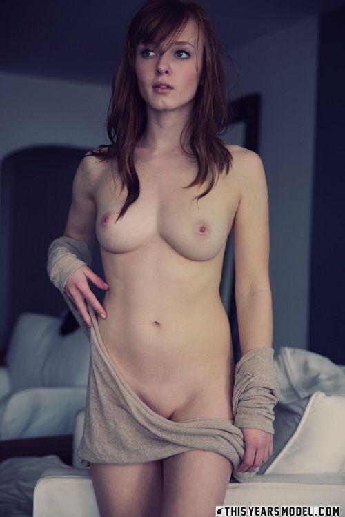 絡み付く脱ぎかけの服がエロさを倍増させるw美人過ぎる美巨乳アメリカ女さんのお洒落な半脱ぎヌードグラビアwww # 外人エロ画像
