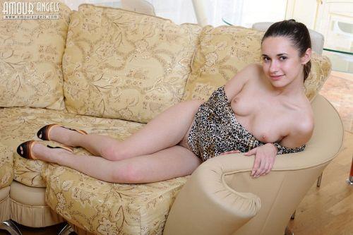 ヒョウ柄ワンピのポニテ娘さん、実はノーパンw自慢の美脚をおっぴろげてマン毛付きマ○コを晒してしまうwwww # 外人エロ画像