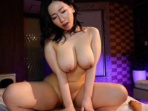 佐山愛 巨乳人妻が年下男子を生中出し無料のタダマンで誘って隠し子作る