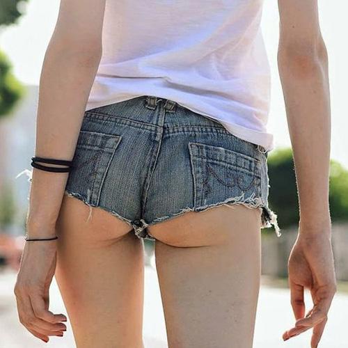 ホットパンツが短すぎてハミ尻しちゃった素人娘たちを街撮り