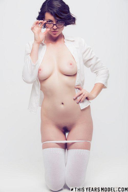 黒縁メガネの一見地味子な高身長美人さん、意外と美巨乳wストリップ連続写真ヌードグラビアww # 外人エロ画像