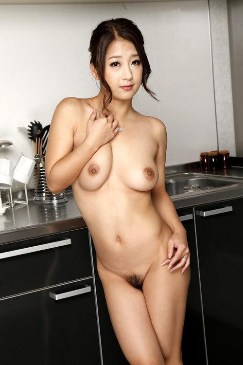 全裸でおっぱいとマン毛丸出しでも平気な女子28