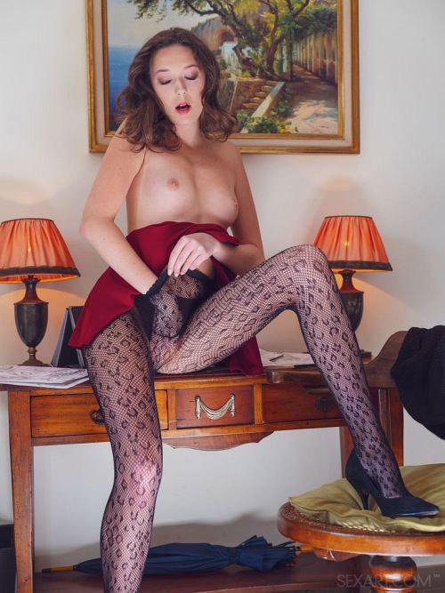 長~い美脚をガバァっと開いてエロマ○コ見せてくれる19歳のモデル体型美少女さんwマジ天使www # 外人エロ画像