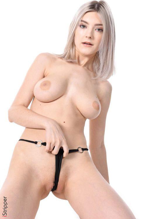 素肌にサロペット…裸エプロンみたいで超エロいwスレンダー垂れ垂れ巨乳で人気の金髪美少女 Eva Elfie 乳ポロエロダンス&ヌードグラビアww # 外人エロ画像