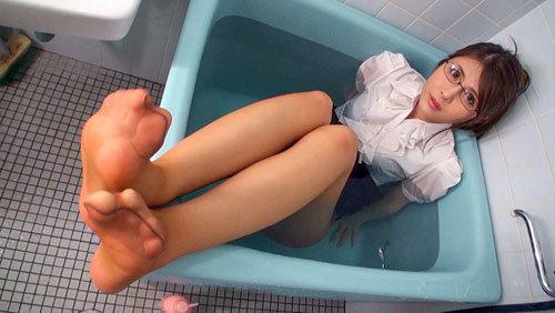 神メガネOL 愛乃零 眼鏡OLスーツの美脚を包んだ生ナマしいパンストを完全着衣でムレた足裏からつま先を味わい尽くす!時には顔騎や足コキ、時にはお尻にコスってぶっかけとやりたい放題!発情させられた女の変態調教絶頂プレイを楽しむフェチAV  4