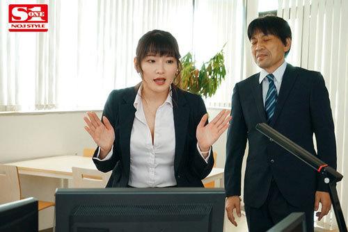 酔って目を覚ますと憧れのJカップ女上司とラブホで二人きり。そのまま朝まで全裸の二次会、三次会。 鷲尾めい1