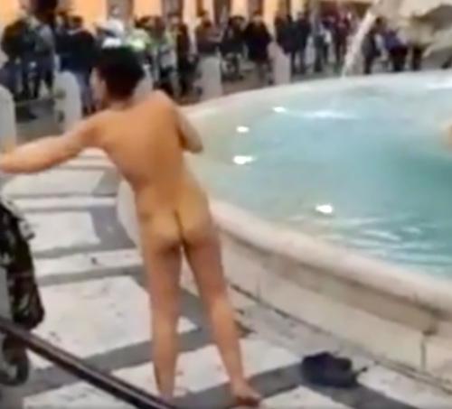 ローマの街中で、すっ裸で噴水に入る女性が現れる