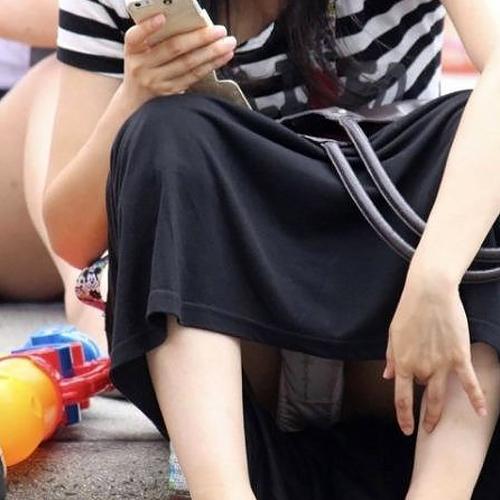 ロングスカート履いてるからって油断してるお姉さんのパンチラ画像街撮りだぁーwwwやっぱ素人の生々しいのが一番エロいぜぇーwww