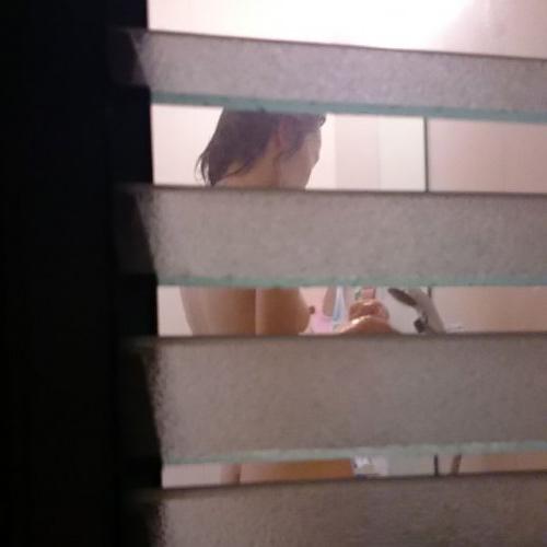 民家の風呂場を覗いてみると全裸の素人娘たちが入浴中だった