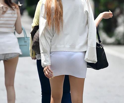 ミニのタイトスカートなんて穿いたら、そりゃ透けパンするよね