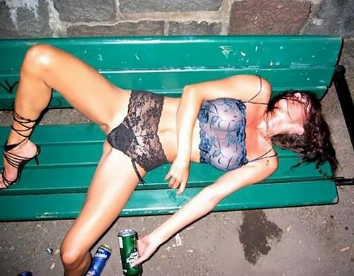 【泥酔】ベロベロな素人まんさんが知らぬ間に撮られた写真wwwwww