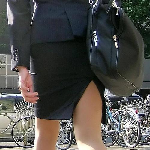 OLがスリットスカート穿いてるエ□画像