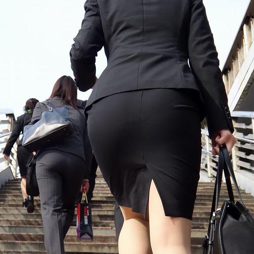 【画像】新入社員女さん、リクルートスーツがエ●チすぎる