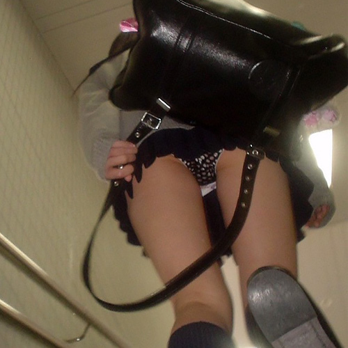 ミニスカ娘のお尻をローアングルが撮るとめちゃくちゃエ□い!階段で隠し撮りされたパ○チラ画像