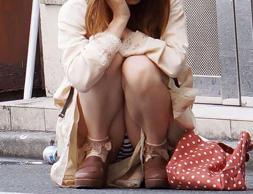 スカートなのにう○こ座り…まる見えのパ○チラが卑猥過ぎる!スケベな股間がエ□過ぎるしゃがみパ○チラ画像
