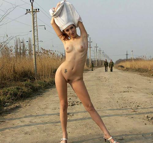 外国人美少女の野外で撮られたヌード画像24枚