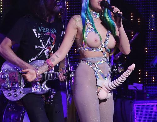 【画像】コンサートでマ○コまで晒す女性アーティストの過激すぎるパフォーマンス(51枚)