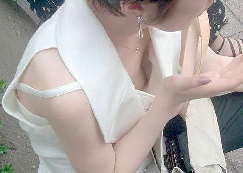 胸チラしてる女性たちのゆるゆるの胸元に手をつっこみたくなる…無防備なお○ぱいがエ●チな胸チラ画像