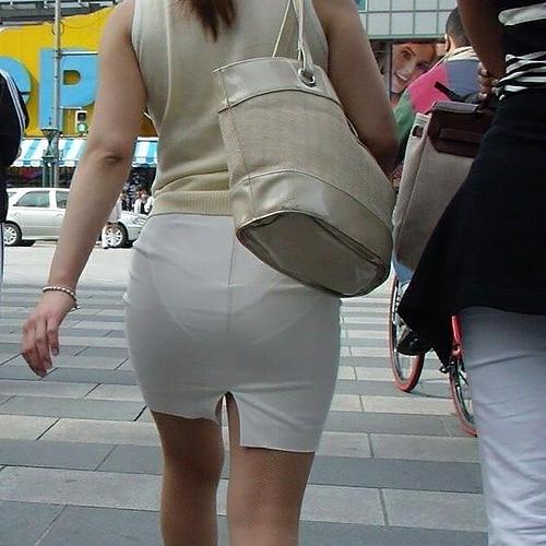 タイトスカートを穿いたら透けパンしちゃった素人娘たちを街撮り