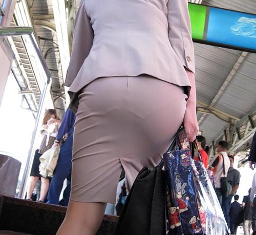 【画像】ブラが透けないようにしてるのにお尻が無防備な女wwww