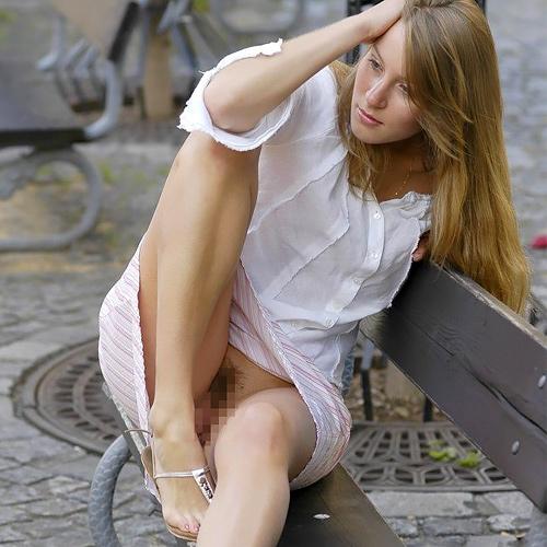 【街撮りエ□】ノーパンのくせにこの格好で座ってるとか確実に露出狂だろwwwwwwwwwww(※画像あり)