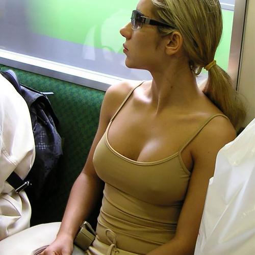 タンクトップのエ□い海外女子が普通に街中にいるってヤバくない?wwwww(121枚)