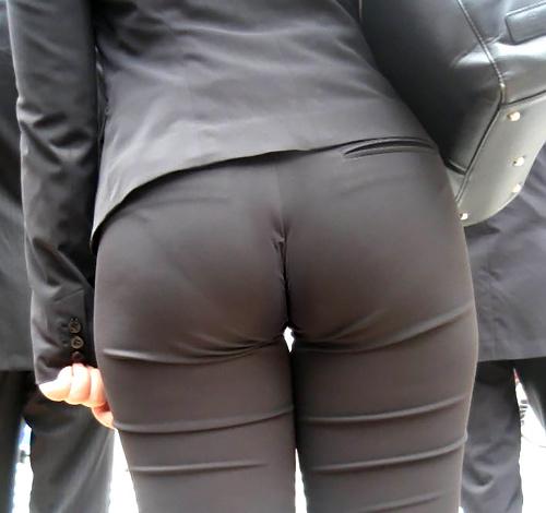 【画像】スーツがピチピチすぎてお尻に下着のラインが出ちゃってるOLさんwywywywywywywywywywywywywywy