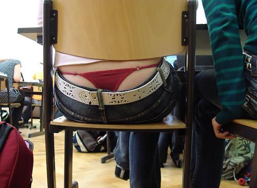【画像】前の席の女のケツがエ□過ぎて授業に集中できない・・・(27枚)