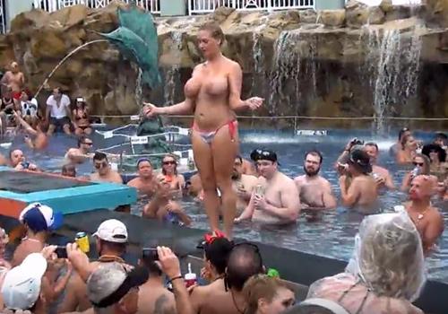 海外のプールではヌーディストイベントと言う最高のイベントがあるらしい!