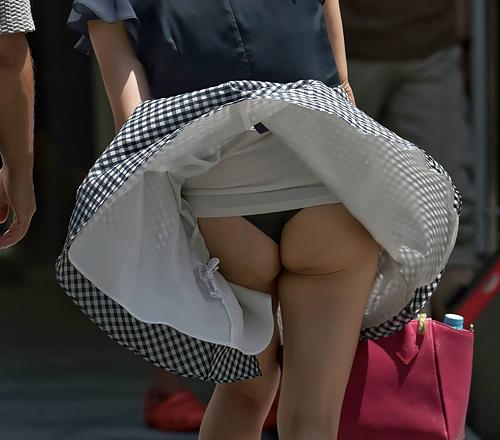 強風の力がスカートをめくり上げた瞬間を撮影したパ●チラ画像