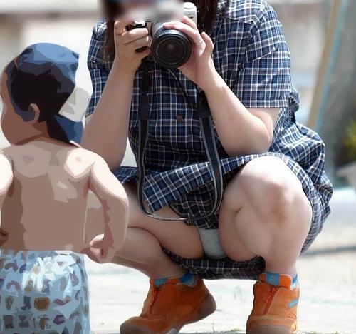 【人妻パ●チラ盗撮エ□画像】子持ちママさんの下着を正面から見て無防備だなって思ってしまう!