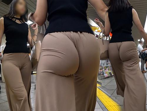 お尻に張り付くピタピタのパンツスタイルで見える透けパ●チラ・パン線画像