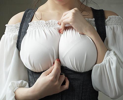 巨乳は全裸より着衣の画像のほうが興奮するよね