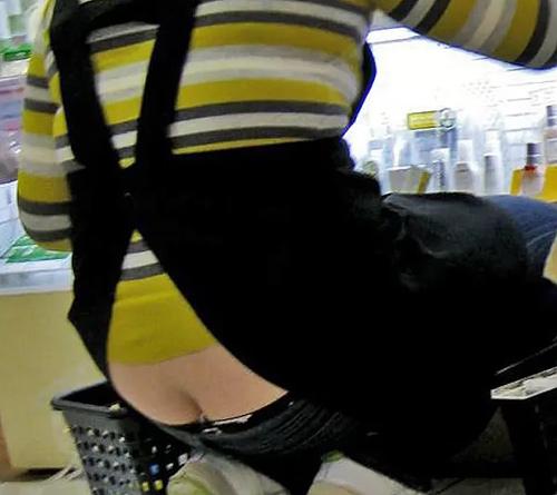 店内でパ●チラしてる女性店員がいたら近寄って眺めちゃうよね