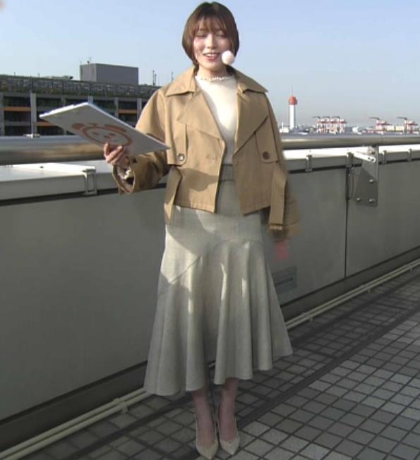 阿部華也子 ジャケットを脱いで出てきたニット巨乳キャプ・エロ画像3