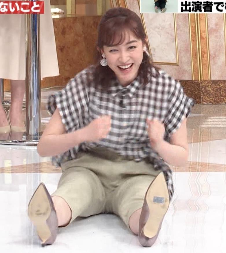 新井恵理那 股間の正面(おしり歩き)キャプ・エロ画像