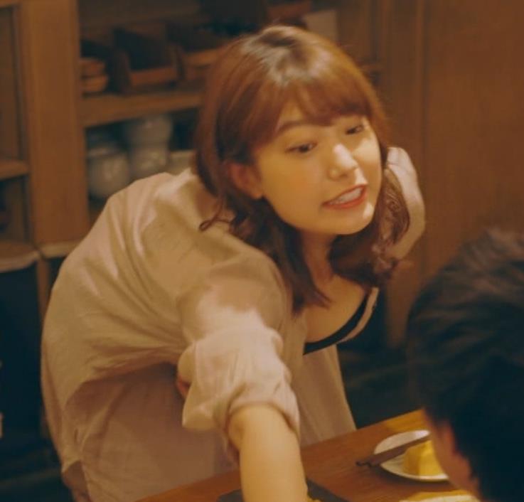 芦原優愛 ドラマのエロ要員、胸の谷間大胆露出!キャプ・エロ画像2