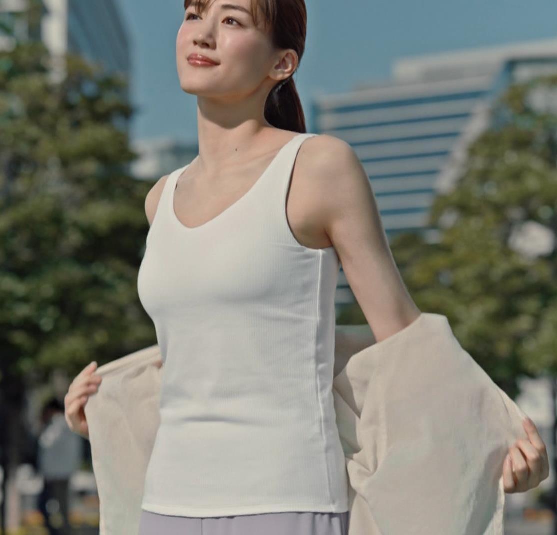 綾瀬はるか エロすぎるブラトップのCMキャプ・エロ画像2