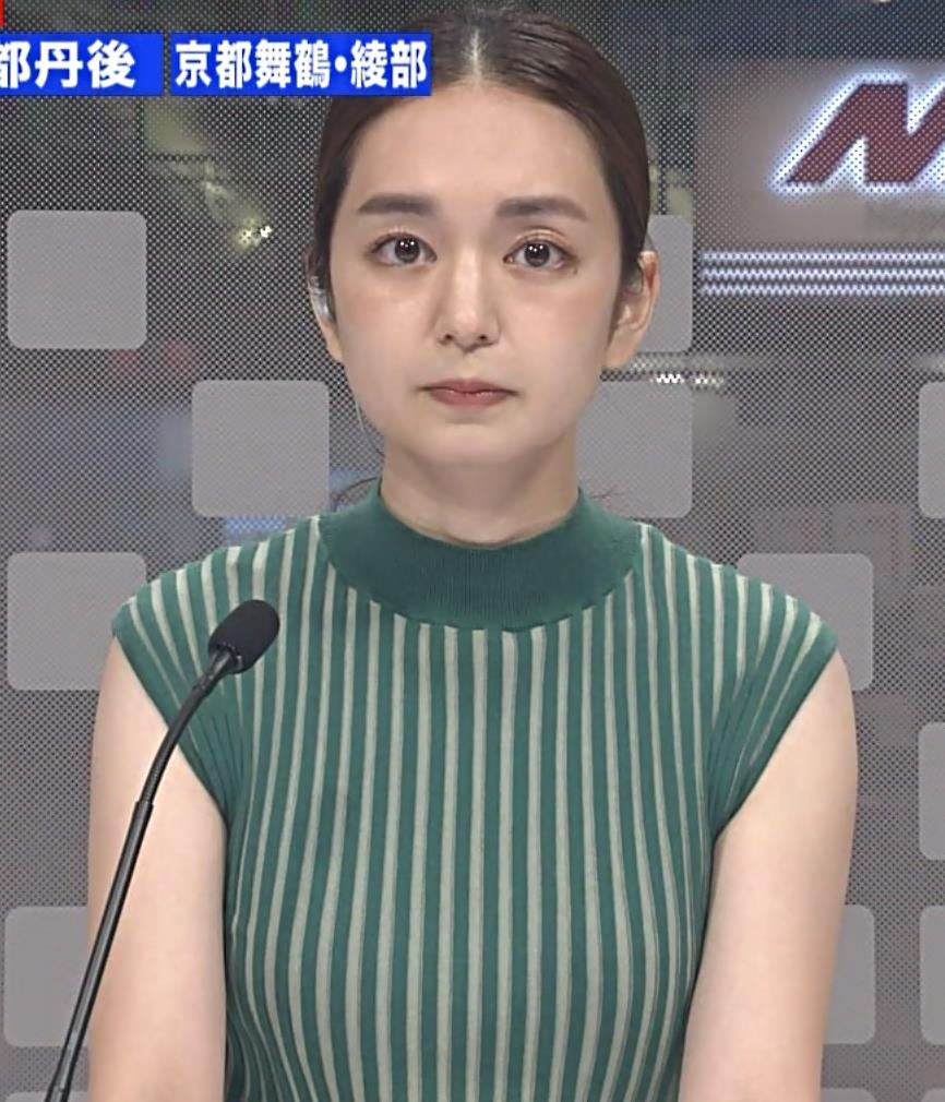 後藤晴菜アナ ピチピチな縦縞ノースリーブの胸エロキャプ・エロ画像