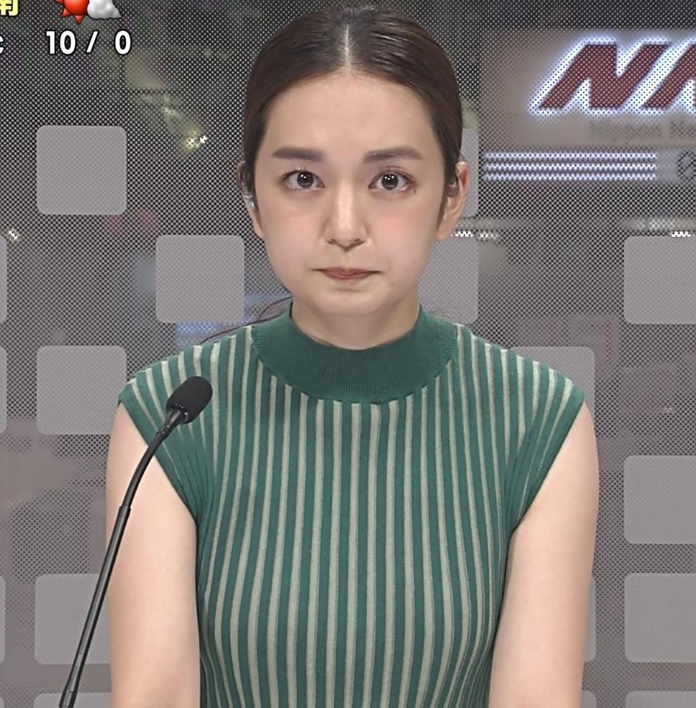 後藤晴菜アナ ピチピチな縦縞ノースリーブの胸エロキャプ・エロ画像2