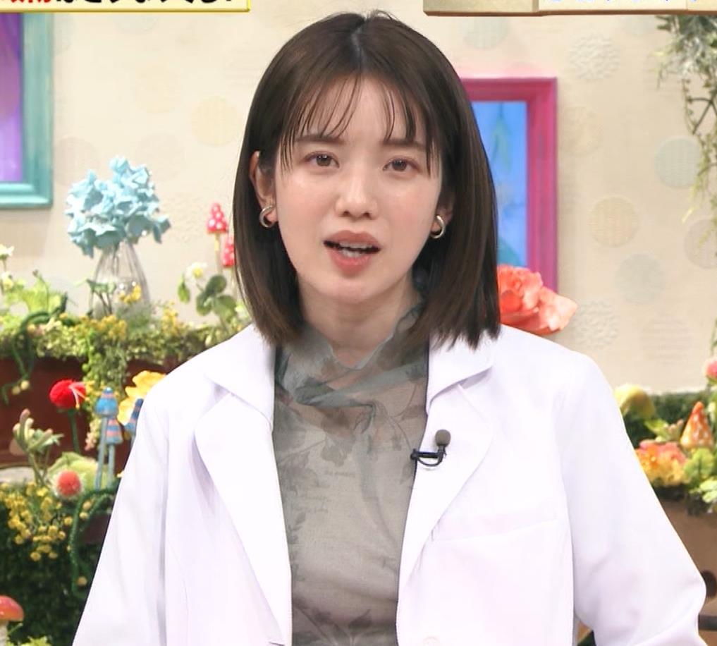 弘中綾香アナ 白衣の下の微乳キャプ・エロ画像
