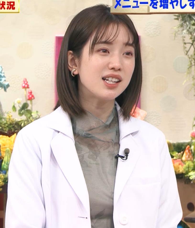 弘中綾香アナ 白衣の下の微乳キャプ・エロ画像2