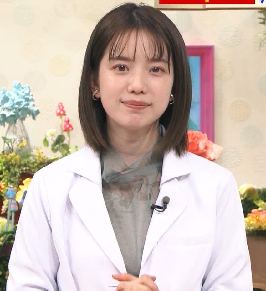 弘中綾香アナ 白衣の下の微乳キャプ・エロ画像4