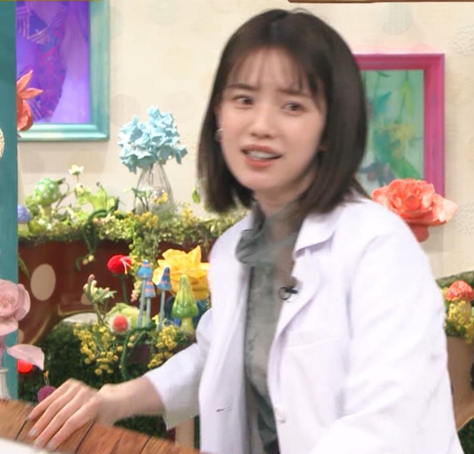 弘中綾香アナ 白衣の下の微乳キャプ・エロ画像7
