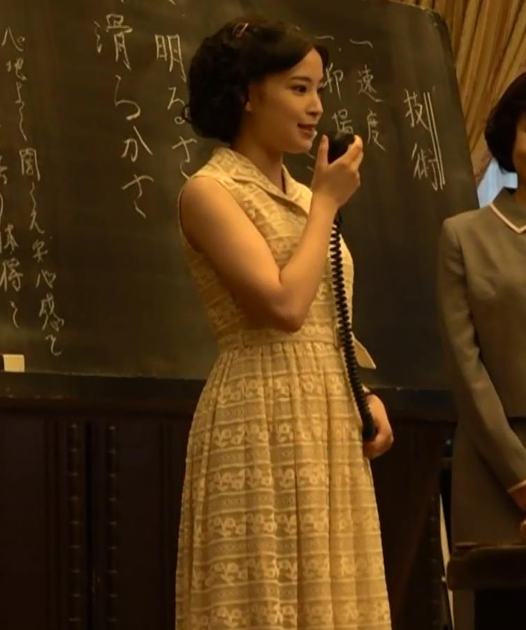 広瀬すず スカートのスリットとか巨乳横乳とかキャプ・エロ画像5